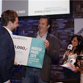 Winnaar Thomas Rueb (links) krijgt voor zijn boek Laura H. van juryvoorzitter Bas Haan de cheque van 10 duizend euro, beschikbaar gesteld door het Fonds Bijzondere Journalistiek Projecten. Rechts Sheila Sitalsing, presentator van Het Oog.