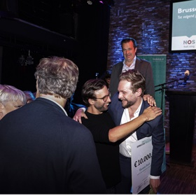 Uitgever Daniël van der Meer van Das Mag knuffelt zijn winnende auteur Thomas Rueb. Jurylid Humberto Tan (met pet) en midden achter juryvoorzitter en Nieuwsuur-verslaggever Bas Haan, die vorig jaar won met zijn boek 'De rekening voor Rutte'.