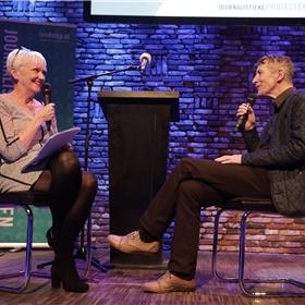 Elma Drayer interviewt genomineerde Chris de Stoop over zijn boek Wanneer het water breekt (De Bezige Bij), over de verscheurdheid van een Vietnamees gezin dat per boot naar België vlucht en daar een nieuw bestaan opbouwt.