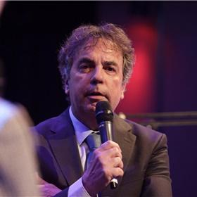 NRC-journalist Marcel Haenen, op de shortlist voor de Brusseprijs met 'De Bokser', vertelt in Desmet over zijn zeer aangrijpende biografie over strafpleiter Max Moszkowicz sr (Querido).
