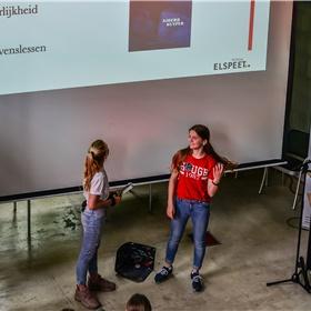 Sigrid Willemse en Vivian Muggen, leerlingen van Matijs Lips vertellen over hun verwerkingsopdracht