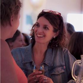 Michele Hutchison (waarnemend non-fictie specialist bij het Letterenfonds; literair vertaler van onder meer Annejet van der Zijl, Maartje Wortel, Sander Kollaard en Esther Gerritsen) in gesprek met literair agent Laura Susijn.