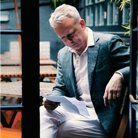 De Engelse markt is de grootste, meest aantrekkelijke en tot de verbeelding sprekende markt voor Nederlandse auteurs en hun uitgevers. Aldus Bas Pauw (vanuit het Letterenfonds coördinator van de internationale campagnes), in de speech die hij hier op het dakterras van The Union nog even snel doorneemt.