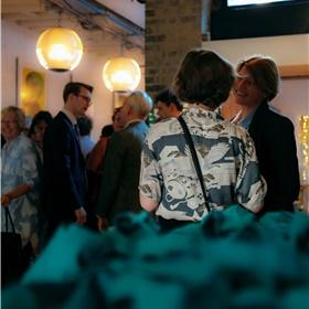 De goodiebags (op de voorgrond) inclusief New Dutch Writing-fietsbel moeten nog even wachten. Helemaal links Suzanne Jansen, fictie en non-fictie vertaler. In augustus verschijnt haar vertaling van 'Honger' van Rick Blom bij uitgeverij Unicorn.