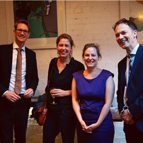De collega's van Schwachöfer op de Nederlandse ambassade: cultureel attaché Roel van de Ven en (links) zijn rechterhand Koen Guiking in gesprek met Noortje van Lienen, die bij Abrams & Chronicle Books leidinggeeft aan alle vertegenwoordigers, en schrijver Rebekka Bremmer. Abrams gaat in de V.S. samenwerken met uitgeverij Querido.
