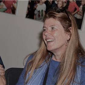Mark Meewis en Maud Coppes, geluidstechnicus en spreekstem van Achter de woorden, de podcast van All Fiction.