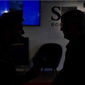 Oosthoek praat met een van zijn researchcontacten uit de politiële en justitiële wereld. Hij beloofde hen buiten beeld te houden...