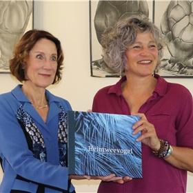 Carin Holtslag overhandigde trots het eerste exemplaar van 'Heimweevogel' aan Louise Vet.