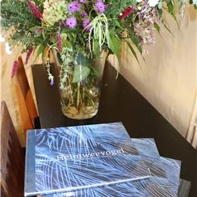 ...en kan het boek door de aanwezigen tegen een gereduceerde prijs worden aangeschaft.