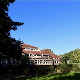 Rijksmonument 'het Schip van Blaauw' in Wageningen is in 1919-1922 gebouwd in Amsterdamse School-stijl als het plantenfysiologische laboratoruim van de Landbouwhogeschool. Maar vanmiddag is het het decor va de eerste boekpresentatie van Uitgeverij Kruisberg.