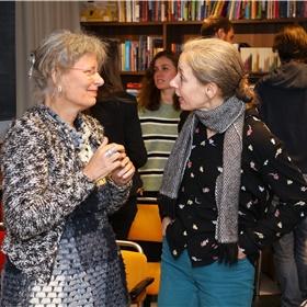 """Liliane Wannenberg van boekhandel Piere uit Eindhoven (links) en haar collega Ilse Lith (rechts) zijn erg tevreden over deze dag/avond. """"Het geeft je meer achtergrond over de motivatie van een auteur waarom hij of zij tot een boek is gekomen"""", zegt Ilse. """"Klopt"""", vult Liliane aan, """"Met die achtergrond kan je klanten beter voorlichten""""."""