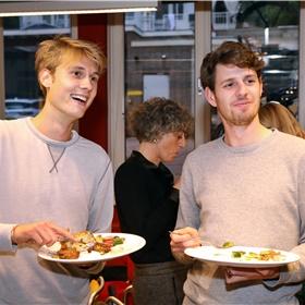 """Stephan Debouillé, marketing, acquisition en PR bij Boom (rechts) en Gijs Verwaijen (links) laten het zich goed smaken. """"Gijs is het kloppend hart van onze organisatie"""", zegt Stephan."""