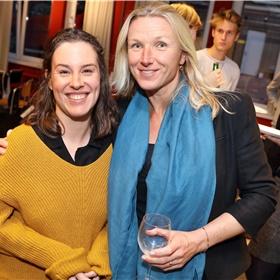 """Eva Geerts (links) en Kirsten Schreij (rechts) van Boom. """"Er kwam net een boekhandelaar naar me toe"""", gaat Kirsten verder, die zei dat hij de aandacht voor de presentaties achter zich van anderen kon voelen. Mooi compliment toch""""?"""