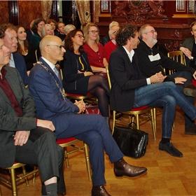 Hans Portengen directeur Bibliotheek Bollenstreek, Emile Jaensch burgemeester Oegstgeest, Onno Blom schrijver en Wolkersbiograaf en Ronald Giphart, schrijver en Nederland Leest-ambassadeur