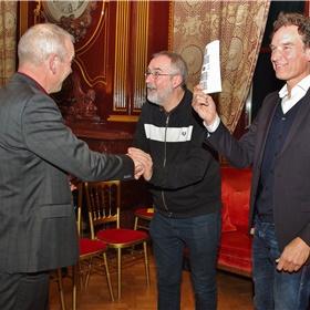 Overhandiging eerste exemplaar Winterbloei door de bibliotheekdirecteur Hans Portengen aan Onno Blom, Ronald Giphart en Emile Jaensch