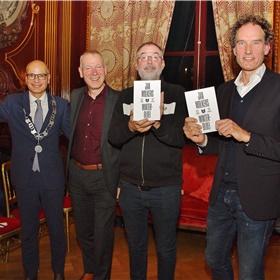 Emile Jaensch, burgemeester Oegstgeest, Hans Portengen, directeur bibliotheek Bollenstreek, Ronald Giphart, Nederland Leest ambassadeur en Onno Blom, Wolkersbiograaf en schrijver