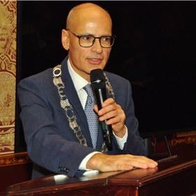 Emile Jaensch, burgemeester van Oegstgeest, onderstreept de rol van Oegstgeest als schrijversdorp