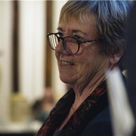 Actrice/columnist Thea Kroese leest haar bijdrage voor