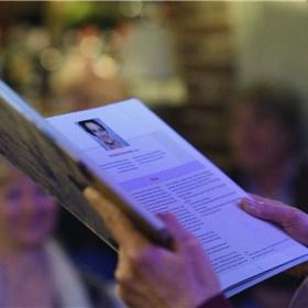 Cabaretière Nathalie Baartman leest haar verhaal voor