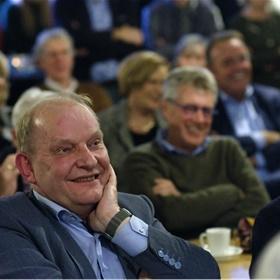 Wethouder Harrie Nijhuis van de gemeente Losser en professor Paul van Lange genieten van de voordrachten