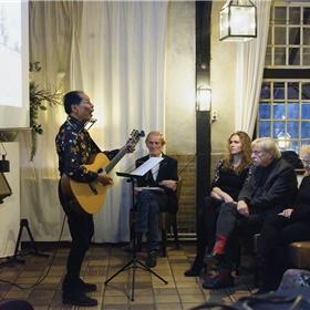 Schrijver/zanger Wouter Muller zingt over zijn liefde voor Indonesië en Twente