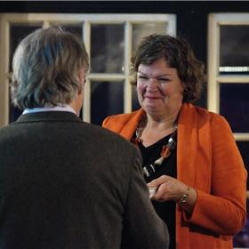 Gijs Eijsink overhandigt het eerste exemplaar aan burgemeester Haverkamp van de gemeente Tubbergen