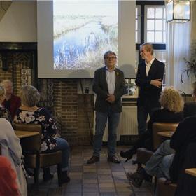 Presentator Jaap Heerze in gesprek met de maker van het boek Gijs Eijsink