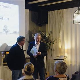 De presentator in gesprek met Ebo, de fotograaf van het boek