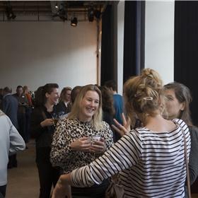 Kinderboekenuitgevers onder elkaar. Helemaal links: Thille Dop (Luitingh-Sijthoff). Helemaal rechts: Susanne Diependaal (Unieboek|Het Spectrum)