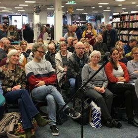 Op de eerste rij: Verheijens voormalig redacteur Heleen Buth (geheel links). Naast haar auteur Jeroen Windmeijer. Tweede van rechts: Lindy de Jong (Hebban).