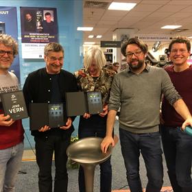 Vanaf links: Jeroen Windmeijer, Charles den Tex, Heleen Buth, de schrijver zelf en Volt-uitgever Eduard Richter.