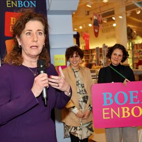 Minister Van Engelshoven onderstreept het belang van de Boekenbon.
