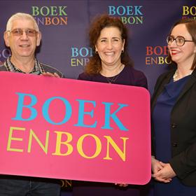 Taalambassadeur Jos Niels ontving uit handen van minister Van Engelshoven de eerste nieuwe Boekenbon.
