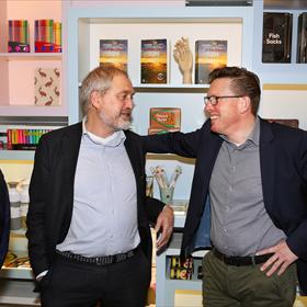 Martijn David (GAU, links) in gesprek met Jos Boot (v/h Audax Retail)...