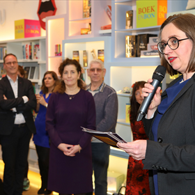 Anne Schroën: 'Met een Boekenbon geef je iemand de keuze uit het brede aanbod van de Nederlandse boekhandel. En als je niet kunt kiezen, krijg je er advies en inspiratie bij van de plaatselijke boekverkoper. De Boekenbon is daarmee een belangrijk instrument voor de Nederlandse boekverkopers.'