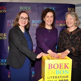 Anne Schroën (Nederlandse Boekenbon B.V.), minister Ingrid van Engelshoven en Winnie Sorgdrager (voorzitter Stichting Jaarlijkse Literatuurprijs voor Fictie en Non-fictie) geven het startschot voor de nieuwe prijs.