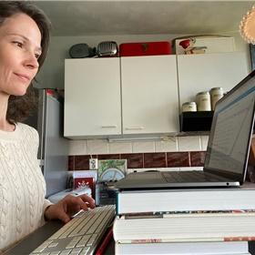 Emilie Franse (Pluim) houdt op driehoog kantoor in het centrum van Amsterdam