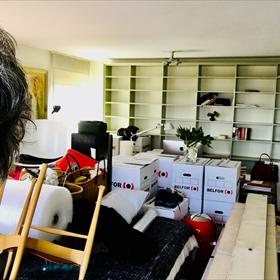 Nelleke Geel (Meridiaan). Let op het piepkleine vaasje tulpen in de boekenkast en de verse tulpen op de verhuisdozen voor de huiselijke lente-touch