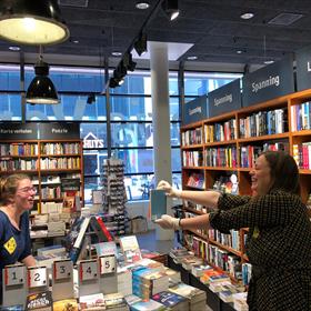 'Kijk eens wat er binnen is!': Boekhandel Venstra, Amstelveen