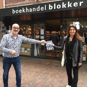 Blokker Heemstede: alternatieve boekpresentatie. Fotografe Julie Blik ontvangt van Arno Koek exemplaar van 75 Facestories: portretten van Nederlandse joden 75 jaar na de bevrijding.