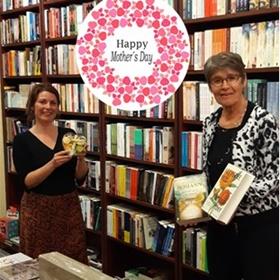 Nog een moederdagactie samen met een lokale collega, ook in Zeeland: een hartje vol chocolade en een boek bij De Vries Zierikzee.