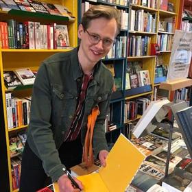 Maar ook het signeren gaat door bij de Kennemer Boekhandel: Yorick Coolen signeert Natuurlijk Haarlem, verschenen bij In de Knipscheer.