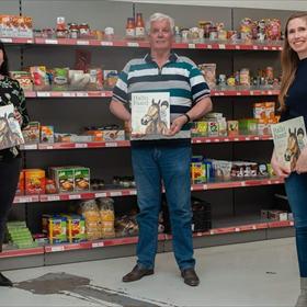 Uitgeverij Christofoor schonk 80 kinderboeken aan Voedselbank Zeist.