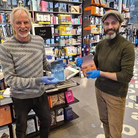 Venstra Amstelveen: toevallige ontmoeting auteurs Angelo Vergeer en Lex Paleaux, die elkaar hun boek cadeau doen.