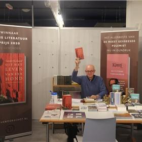 Ivan Borghstijn (Van Oorschot) toont het boek dat iedere Libris-boekhandelaar  moet hebben: de gebonden uitgave van de Libris Literatuurprijs winnaar 2020