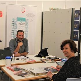 Dennis van der Vlist (Kluitman) in gesprek met Hilda Schuldink (boekhandel Veenendaal in Amersfoort)