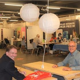 Socializen op afstand. Links: Toni Melenhorst (!pet, Hoogeveen), rechts: Wim Kersten (Meijer & Siegers, Oosterbeek)
