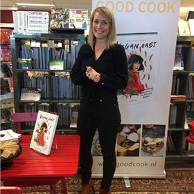 Kookboekenauteur Milou van der Will was bij de Bilthovense Boekhandel, om daar haar boek 'Vegan East' (Good Cook) te signeren en vegan spekkoek te laten proeven.