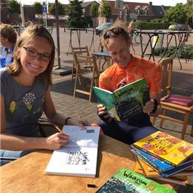 Kinderboekenauteur Esther Walraven (Unieboek|Het Spectrum) signeerde bij Boekhuis De Kleine Tovenaar in Roermond
