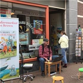 Gijs van Rij speelt een muziekvoorstelling gebaseerd op Het wilde dierenorkest van Dan Brown. Locatie: Het Schiedams Boekhuis.